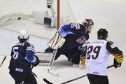 Momentka zo zápasu Nemecko - USA na MS v hokeji 2019, úvodný gól stretnutia.