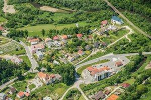 Letecký pohľad na obec s kaštieľom uprostred križovatky.
