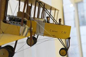 Na výstave uvidia návštevníci panely s fotografiami, ale aj model lietadla.