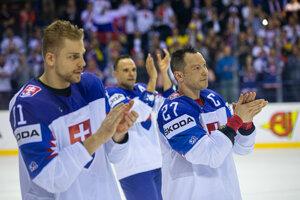 Slovenský obranca Erik Černák (vľavo) a Ladislav Nagy (vpravo) po zápase Slovensko - Dánsko na MS v hokeji 2019.