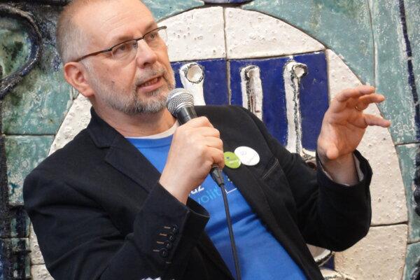 Ladislav Miko na diskusii v Poetry café v rámci kampane Tentoraz idem voliť.