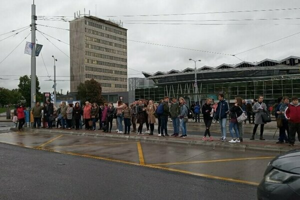 Takto ľudia márne čakali na svoj spoj na Staničnom námestí.