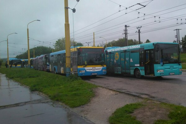 Odstavené autobusy počas štrajku na konečnej pri kláštore.
