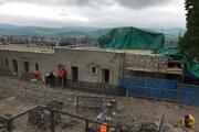 Po rekonštrukcií sa v budove budú predávať vstupenky na hrad, občerstvenie i suveníry.