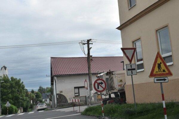 Úsek na Ulici L. Mocsáryho je od Tuhárskeho námestia okrem dopravnej obsluhy uzavretý.