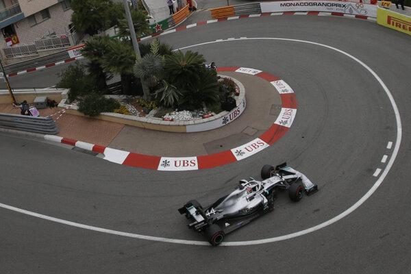 Lewis Hamilton počas prvého tréningu na Veľkú cenu Monaka 2019.
