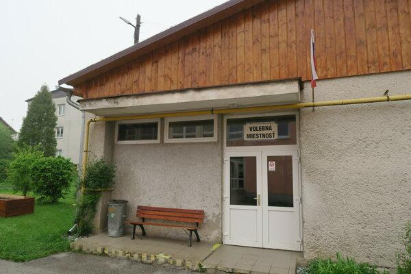V Žaškove museli volebnú miestnosť zriadiť v jedálni miestnej ZŠ s MŠ. V sále KD, ktorá je tradičnou volebnou miestnosťou, je svadba, bola dlhodobo naplánovaná.