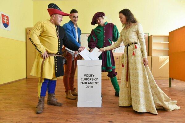 účinkujúci na festivale Rotenstein v stredovekom oblečení vo volebnej miestnosti vhadzujú hlasovacie lístky do volebnej schránky počas volieb do Európskeho parlamentu 2019.
