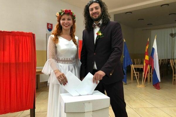 Do volebnej miestnosti v Ľutine prišli voliť aj snúbenci Petra Čorňáková a Matúš Bačinský.