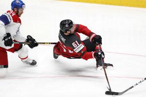 Radek Faksa atakuje Marka Stona v semifinále Česko - Kanada na MS v hokeji 2019.
