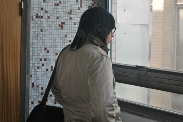 Marcel H. prišiel na pojednávanie maskovaný parochňou z hustých havraních vlasov.