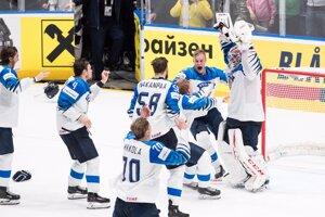 Hokejisti Fínska oslavujú majstrovský titul po víťazstve nad Kanadou na MS v hokeji 2019.