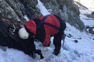 Horolezcom pomáhali leteckí a horskí záchranári.
