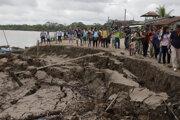 Zemetrasením poznačená pôda v meste Puerto Santa Gema.