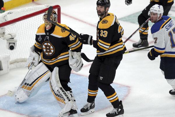 Zdeno Chára (uprostred) počas prvého zápasu finále NHL 2018/2019.