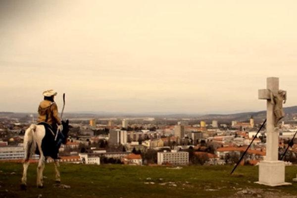 Judd Blackwater vo videu na koni prešiel po zaujímavých miestach v Nitre.
