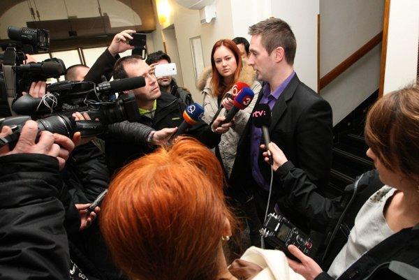 Väčšina zástupcov médií zostala na vrátnici. Vysvetľovať situáciu medzi nich prišiel iba riaditeľ župného úradu Milan Uhrík.