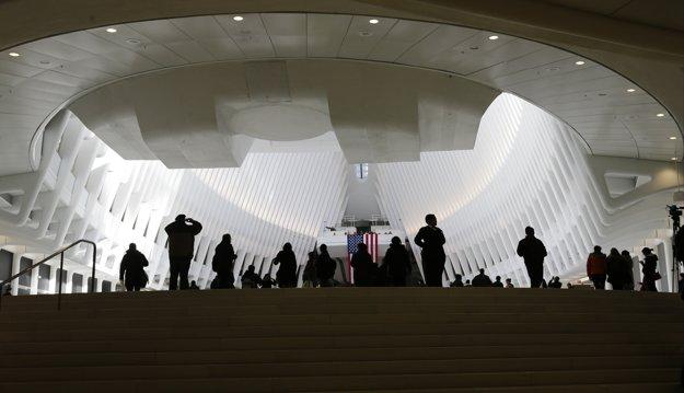 Po vyjdení z podzemných priestorov zaleje cestujúcich jasné svetlo.