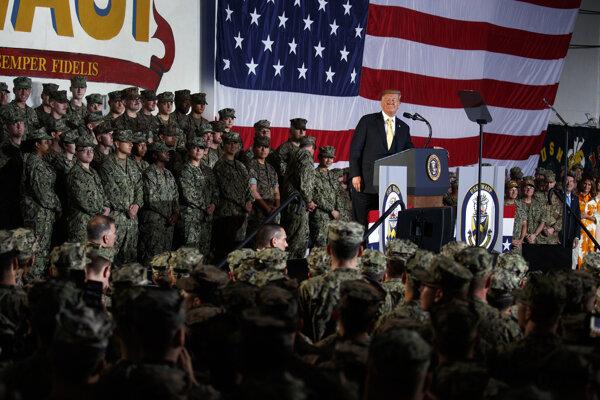 Donald Trump s americkými vojakmi v Japonsku.