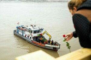 Záchranári sa pokúšajú vytiahnuť vrak lode.