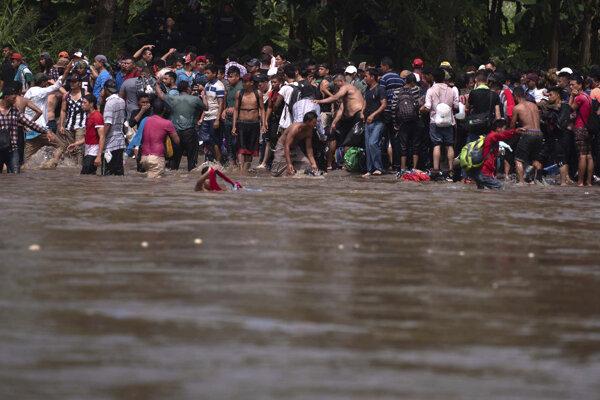 Priechod voľný: Migranti sa chystajú prekonať hraničnú rieku Suchiate z Guatemaly do Mexika. Cieľom mnohých z nich sú USA. (TASR)