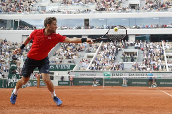 Martin Kližan vracia loptičku Francúzovi Lucasovi Pouilleovi v zápase 2. kola na grandslamovom turnaji Roland Garros v Paríži 30. mája 2019 - ilustračná fotografia.