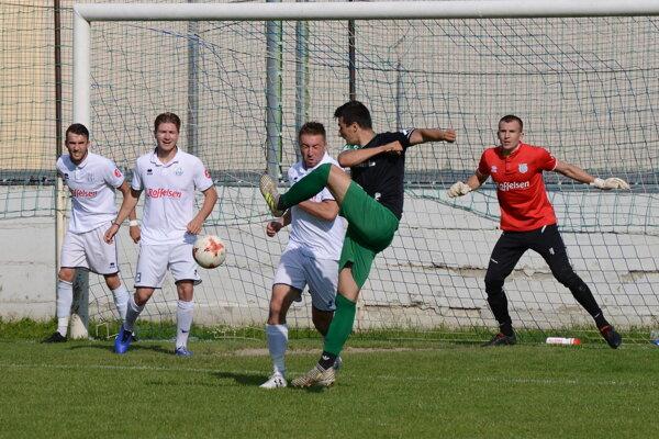 Futbalisti Šurian (v bielom) dosiahli najvyššie víťazstvo vonku v tejto sezóne.