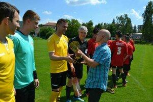 Predseda ŠTK ObFZ Pov. Bystrica Jaroslav gašpárek odovzdáva pohár za prvé miesto v 8. lige Marekovi Balonovi z N. Dubnice.