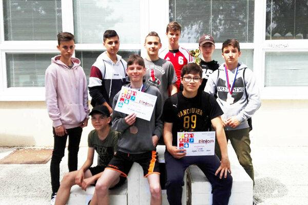 Chlapci zo ZŠ J. Hollého obsadili 1. miesto v súťaži družstiev.