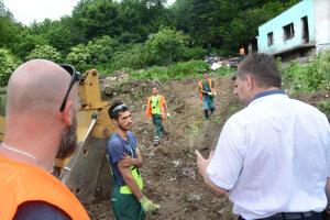 Starosta upozornil, že niektorí z robotníkov, ktorí čistia lokalitu, jej zamorenie spoluzavinili.