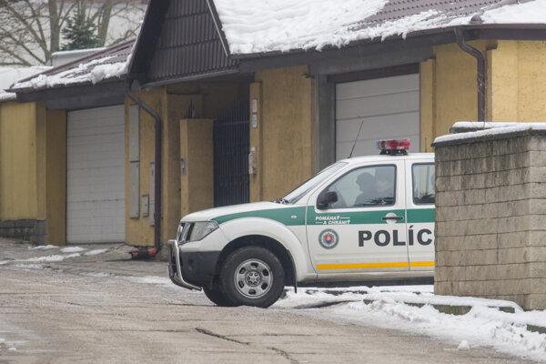 Polícia počas rekonštrukcie vraždy Valka v jeho niekdajšom dome.