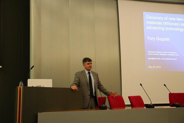 Profesor Yury Gogotsi počas prednášky v Slovenskej akadémii vied.
