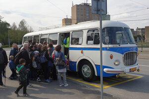 Cestovanie dobovým autobusom je zážitkom najmä pre deti.