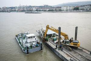 Práce na mieste, kde sa vyhliadková loď potopila.