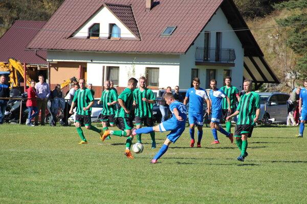 Mútne (v modrom) porazilo v poslednom kole súpera z Oravského Bieleho Potoka presvedčivo 5:0. Zaslúžene postúpilo.