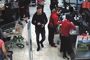 Páchateľov zachytili kamery.
