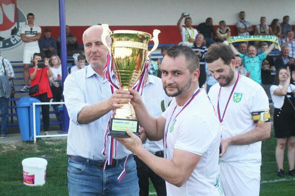 Víťaznú trofej prebral Matúš Turan z Kolíňan.
