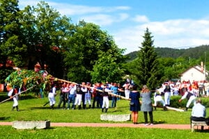 Stavanie mája v Sedliciach.