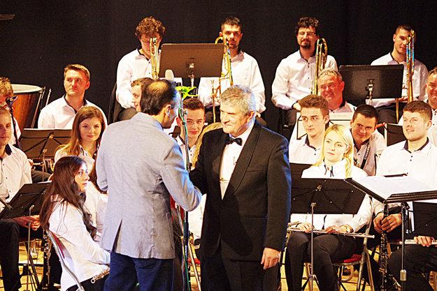 Michal Bróska prijíma gratuláciu od riaditeľa Petra Štraucha.