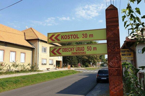 Na snímke drevený stĺp s vyrezávanými podpolianskymi motívmi, časť informačného systému v obci Buzitka.