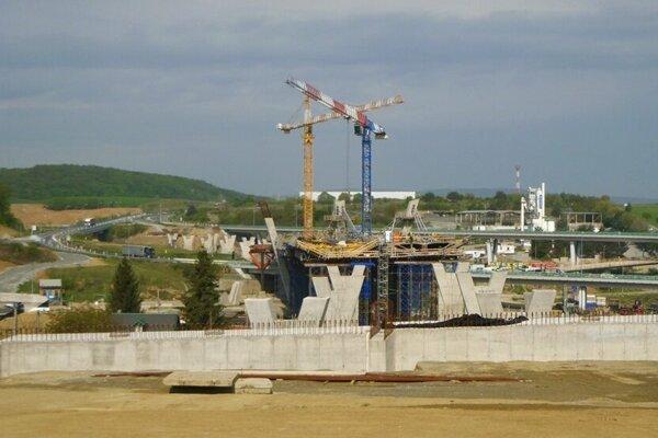Stavba pokračuje podľa plánu.