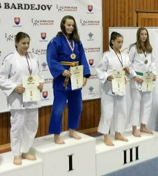 Zľava: Natália Babčianská, Natália Škvareninová a Barbora Korbelová na medailových pozíciách.