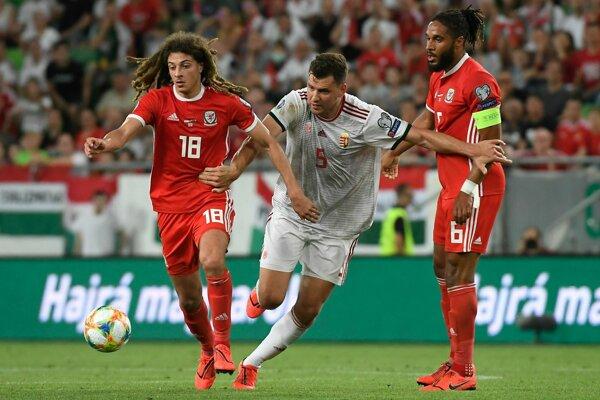 Futbalisti Walesu Ethan Ampadu (vľavo), Ashley Williams (vpravo) a maďarský futbalista Adam Szalai bojujú o loptu počas zápasu kvalifikačnej E-skupiny Maďarsko - Wales o postup na futbalové ME2020 v Budapešti 11. júna 2019.