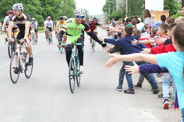 Cyklistov vítali v oravských obciach detí zo základných a materských škôl.
