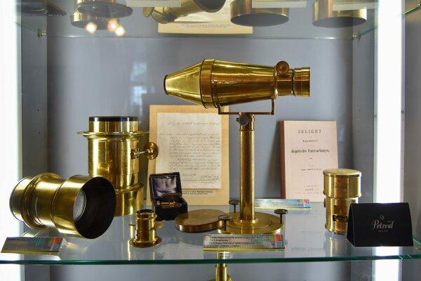 Historické objektívy z 19. storočia vystavené v Múzeu Jozefa Maximiliána Petzvala v jeho rodnom dome v Spišskej Belej.
