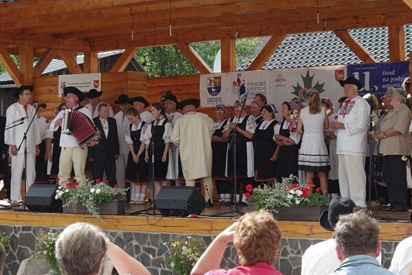 O titul v súťaži Dedina roka 2019 sa uchádza aj obec Papradno. Veľmi tu dbajú na udržiavanie tradícií. Aj toto môže zavážiť. Fotografia je z podujatia v Srdci Javorníkvo, ktoré býva v obci.