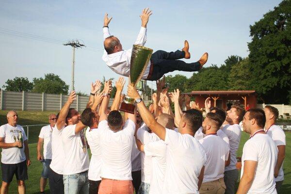 Nad hlavami futbalistov si najskôr zalietal Tibor Glenda a po ňom Ján Štajer.