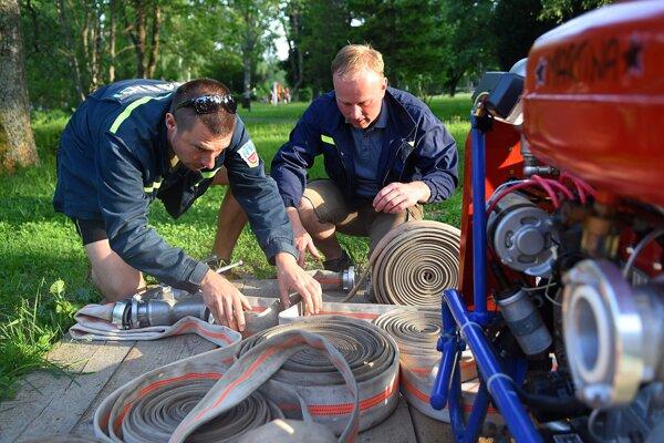 Členovia Dobrovoľného hasičského zboru v Tatranskej Lomnici pripravujú motorovú striekačku počas pravidelného stretnutia v Tatranskej Lomnici.