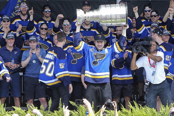 Hráči St. Louis Blues so Stanleyho pohárom pri oslavách s fanúšikmi v uliciach mesta.
