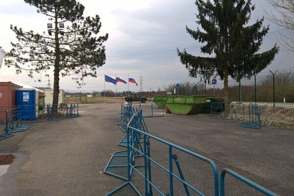 Pred mesiacom tadeto prechádzali stovky utečencov, dnes je slovinský tábor prázdny.
